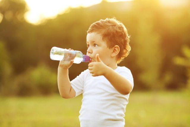 дете пие вода
